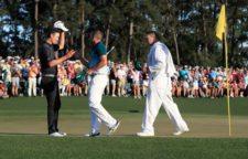 Sergio García da la mano a Justin Rose al ganar (cortesía Augusta National Golf Club)