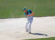 Sergio García en el bunker del hoyo 2 (cortesía Augusta National Golf Club)