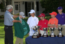 Fred Couples permite que Quinn Thomas se pruebe su chaqueta (cortesía Augusta National Golf Club)