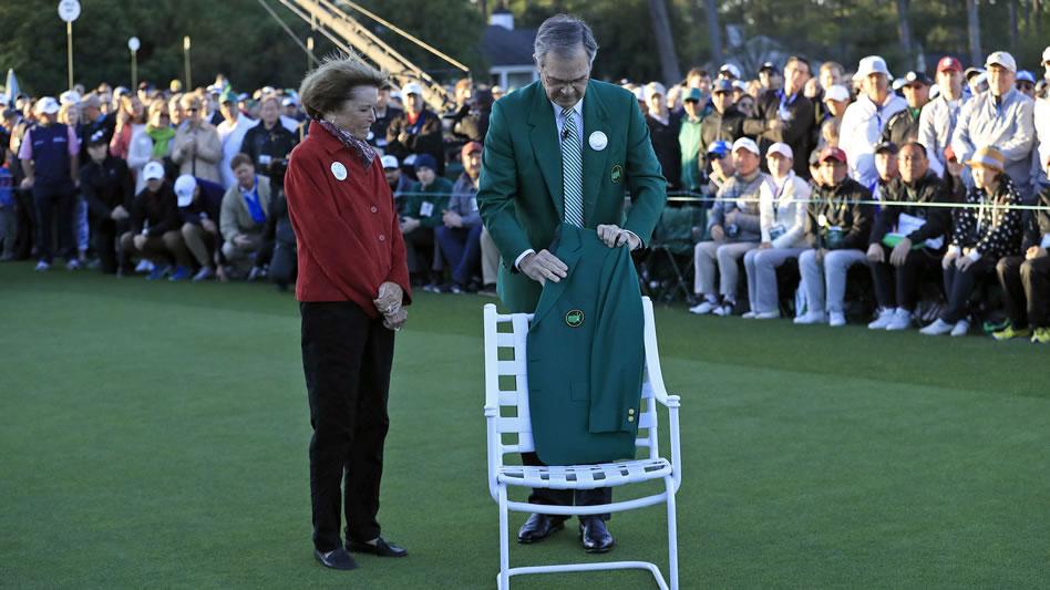 Billy Payne y la viuda de Arnold Palmer colocan una Chaqueta Verde en una silla en su honor (cortesía Augusta National Golf Club)