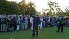 Jack Nicklaus eleva su gorra al cielo en reconocimiento a Arnold Palmer (cortesía Augusta National Golf Club)