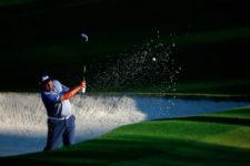 Angel Cabrera saliendo de un bubnker en el hoyo No. 10 durante la segunda ronda de práctica (cortesía Augusta National Golf Club)