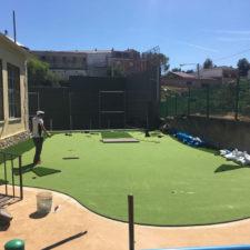 La increíble historia de un green de golf en el colegio de un pueblo de 560 habitantes