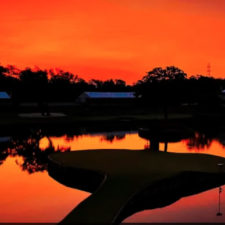 Atardecer en el hoyo 17 (cortesía Brad Mangin - PGA TOUR)