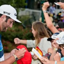 Jon Rahm firmando autógrafos (cortesía Rob Knox - PGA TOUR)
