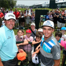 Rickie Fowler y Phil Mickelson firman autógrafos (cortesía Stan Badz - PGA TOUR)