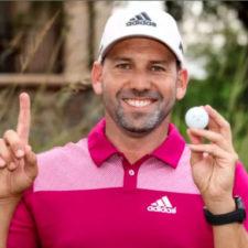Sergio Garcia posa con su bola luego de hacer el hoy en uno (cortesía Cy Cyr - PGA TOUR)