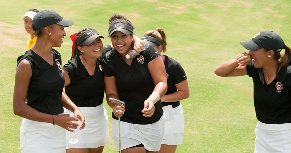 Saraíd Ruíz con su equipo de la Universidad de Bethune-Cookman ganan el PGA Minority Collegiate Golf Championship