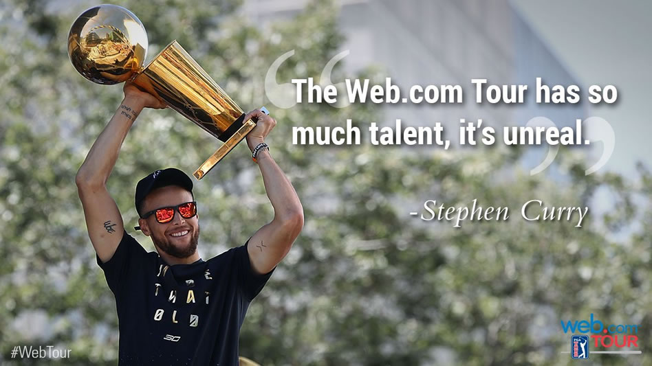 Stephen Curry levanta el trofeo 2017 de la NBA (cortesía Twitter PGA Tour)