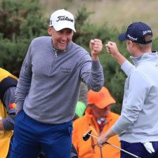Ian Poulter celebra con Russell Knox (cortesía golf.com)