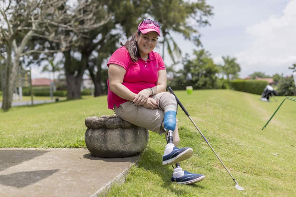 Guiselle Ávila es madre soltera y golfista aficionada. Fue amputada de ambas piernas hace 15 años. (JOSÉ CORDERO)