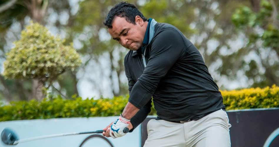 El uruguayo Juan Álvarez llega puntero a falta de 18 hoyos