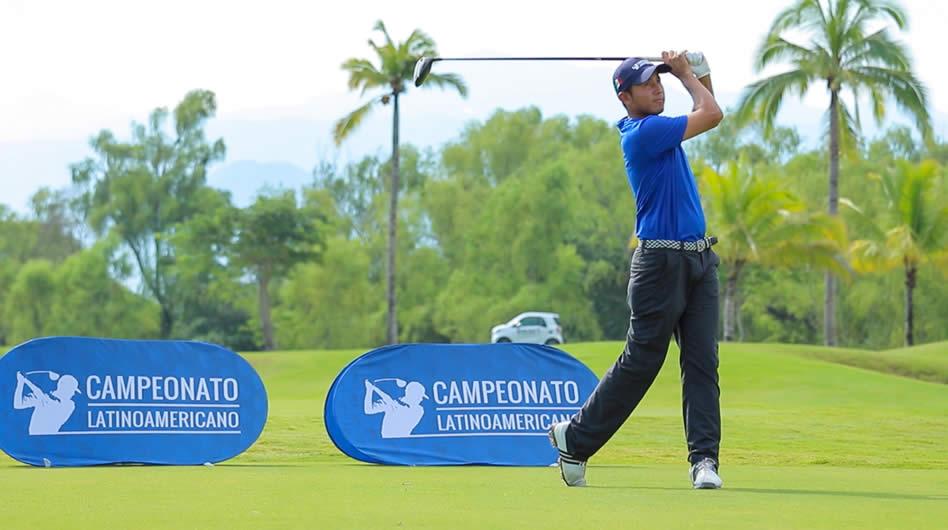 Un aficionado de México pega su tiro de salida en el Campo Greg Norman, en Vidanta Nuevo Vallarta, durante la segunda ronda del 10° Campeonato Latinoamericano de Golf