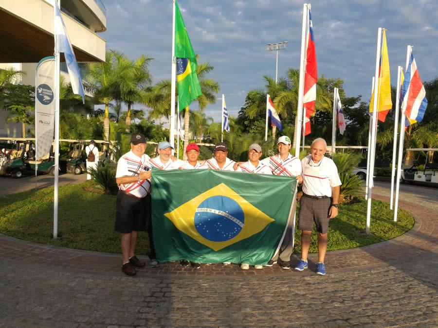 Los jugadores de Brasil que participan del 10° Campeonato Latinoamericano de Golf en Nuevo Vallarta, México, junto a Jano Wuille-Bille (derecha), Presidente del Comité Organizador