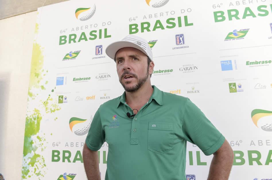 RIO DE JANEIRO, BRASIL - OCT. 12, 2017: El mexicano Oscar Fraustro discute detalles de su juego en la primera ronda del 64º Aberto do Brasil en el Campo Olímpico de Golf en Río de Janeiro, Brasil. (Enrique Berardi/PGA TOUR)