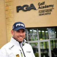 Lee Westwood contra el tiempo (cortesía The Golf Business)