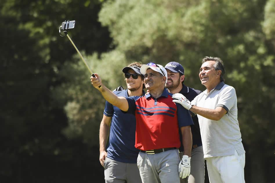 Beto Acosta, Cocho López, Marcelo Rozo (COL) y Diego Forlán divirtiéndose con una selfie durante el Pro-Am del 112° VISA Open de Argentina presentado por Macro (Enrique Berardi/PGA TOUR)