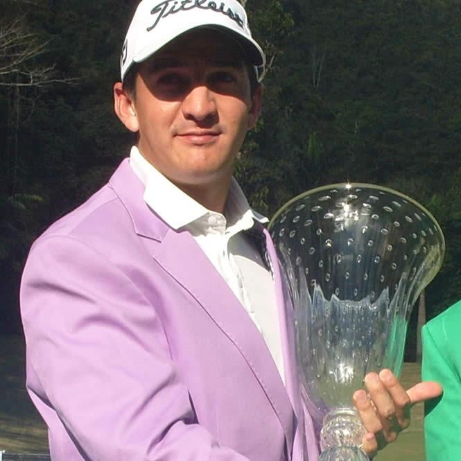 Felipe Velásquez con trofeo de campeón del XIV Abierto Sambil de golf