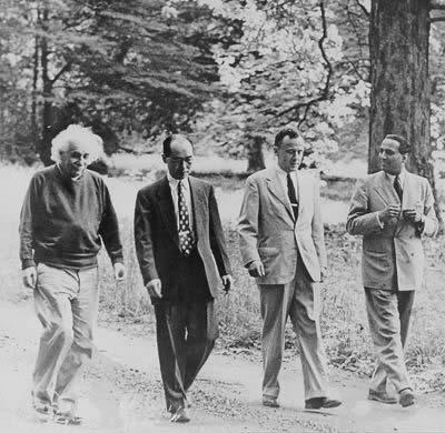 John Wheeler (tercero de la izq) camina a través de los bosques del Instituto de Estudios Avanzados con Albert Einstein (cortesía Pinterest)