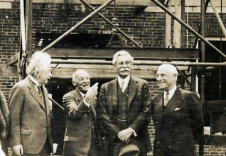 Albert Einstein y Abraham Flexner en el Instituo para Estudios Avanzados (cortesía Wikimedia Commons)