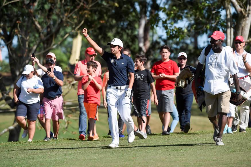 Toto Gana levanta las manos en la lona verde del Club de Golf de Panamá - LAAC 2017 (Cortesía Enrique Berardi / LAAC 2017)