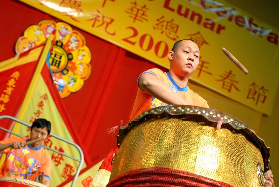 Un grupo musical chino toca tambores durante la celebración del Año Nuevo Chino. EFE