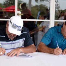 El ganador del U.S. Open y el Masters, Ángel Cabrera, y el CEO de MeetThePro.com, Guillermo Jude, firman el acuerdo.