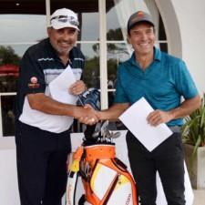 Ángel Cabrera y Guillermo Jude tras la firma del contrato que realizaron en el marco del Abierto del Centro.