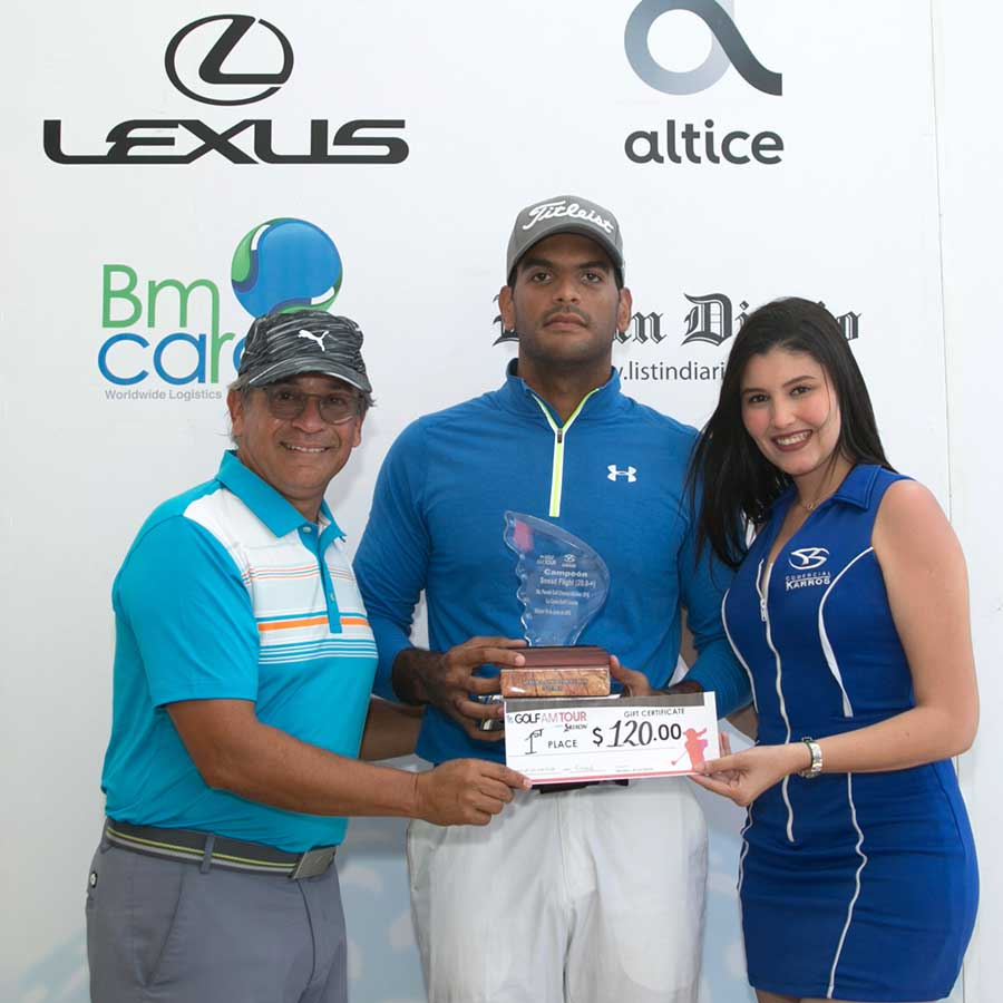 Gilbert Paul Cruz, campeón del Snead Flight, recibe su trofeo de Felix Olivo, Director del Golf Channel AM Tour RD, en la 5ta. Parada celebrada en La Cana