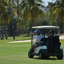 En el campo de golf con el equipo necesario
