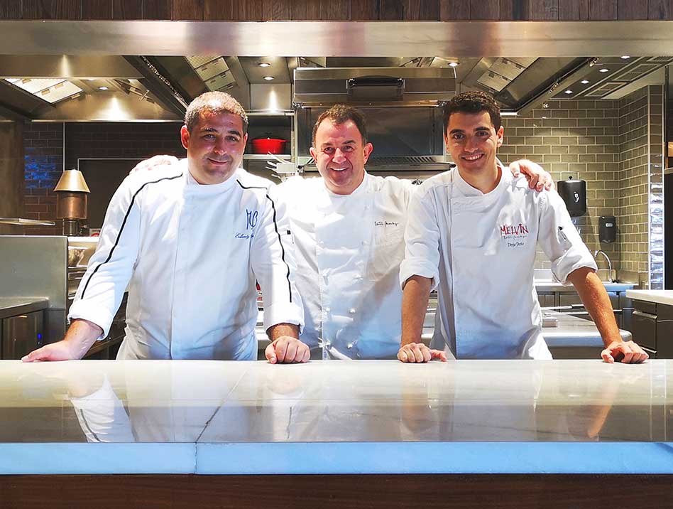 Erlantz Gorostiza, mano derecha de Berasategui en Abama, junto a Berasategui y Diego Dato, jefe de cocina del Melvin