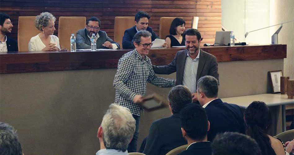 Virgilio Gutiérrez recibe el galardón en su nombre y el de Eustaquio Martínez de manos del presidente del Cabildo de Tenerife, Carlos Alonso. Foto cedida por el COACTFE