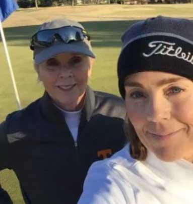 Kelly disfrutando de un día soleado en el curso con su madre, la Dra. Julia Price (cortesía Women's Golf)