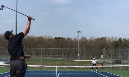 ¿Jugar al tenis con un palo de Golf? Vea cómo Josh Kelley lo hace en este nuevo deporte, el TenisGolf