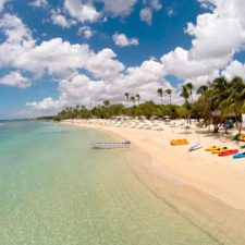 En el corazón de Casa de Campo se encuentra Playa Minitas, un santuario privado con cristalinas aguas de un azul turquesa