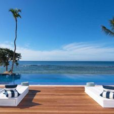 Minitas Beach Club cuenta con una piscina infinita de 23 metros y un amplio salón con bar, ¡que ofrece uno de los mejores lugares de la isla para disfrutar de las puestas de sol